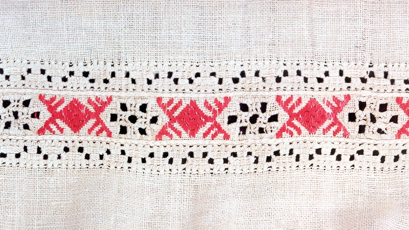 Фрагмент вышивки рукава рубахи (гребенчатые ромбы). Конец XIX в. Украина