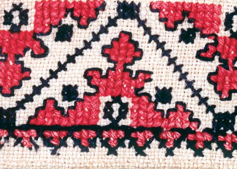 Фрагмент вышивки воротника свадебной рубахи с антропоморфным изображением. Конец XIX в. Украина