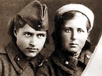 Гвардии рядовой запасного зенитного полка Вера Дмитриева (справа). 1944