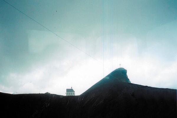 Вид из окна фуникулера на одну из вершин