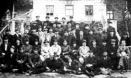 Сотрудники рыбного управления. Четвертый слева во втором ряду В.К. Арсеньев. Рядом (пятый) Т.М. Борисов – управляющий «Дальрыбы». 1920-е
