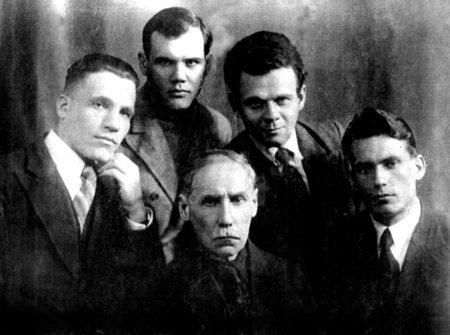 Т.М. Борисов с молодыми писателями Владивостока. 1930-е