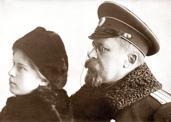 Павел Иванович и дочь Наташа. Ревель. 1914