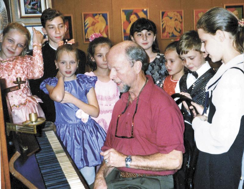 Джон Беннет, американский педагог (штат Орегон), и стипендиаты Хабаровского фонда культуры. 1998