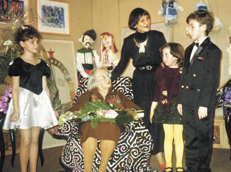Клавдия Павловна Белобородова и стипендиаты Хабаровского фонда культуры. 1996