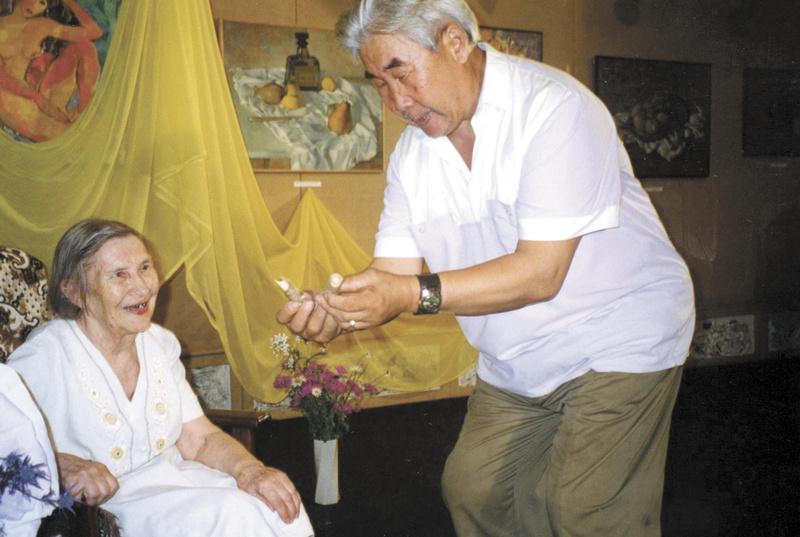 Андрей Александрович Пассар поздравляет с 85-летием Валентину Гавриловну Старикову. 1999