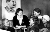 Валентина Хетагурова среди девушек в комиссии по приему хетагуровского призыва. 1938